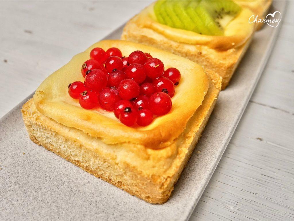 Tortine con crema cotta e frutta fresca